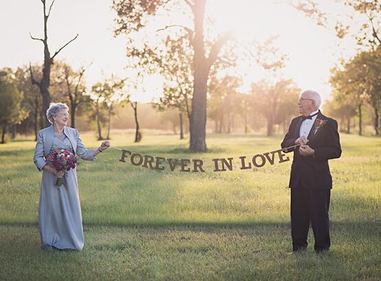 据美国社交网站Boredpanda12月3日报道,早在1946年的时候,Ferris就和Margaret Romaire喜结良缘了。据了解,那个时候的他们还是高中生,由于没有一台相机,所以他们不能够将自己美好的结婚瞬间永久的定格下来,因此拍摄一个他们自己的婚纱照成了两位老人多年来一直记在心头的一个心愿。 (责任编辑:籍俊霞)
