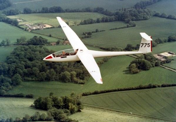 英国两滑翔机相撞飞行员奇迹生还2012年7月,英国两架滑翔机在飞跃萨福克地区上空时相撞,两名飞行员奇迹般逃生。其中一名飞行员在滑翔机坠落前成功跳伞,另一名飞行员则驾机迫降在附近的一处农田中。两名飞行员一人仅受轻伤,另一人短暂昏迷后便恢复了意识,并被送往当地医院。 近年来,撞机事件在全球各地屡有发生。有些撞机事件的最终结果更是机毁人亡的人间惨剧。撞机事件无疑是令人痛心的,但最令人扼腕惋惜的是在事故中丧生的生命。  波兰飞行表演两飞机对撞坠毁电视台死亡直播2007年9月,两架轻型飞机在波兰拉多姆市举行的