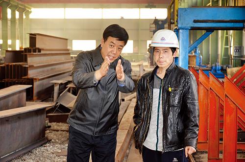 李全清(左)在天一建工钢结构车间现场办公